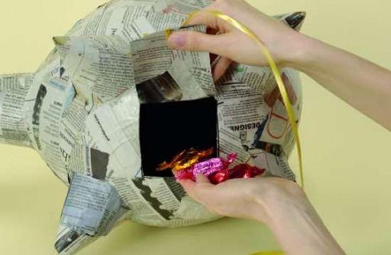 Colocando os doces dentro do porquinho de papel