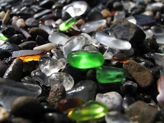Gemas e pedras de vidro na praia