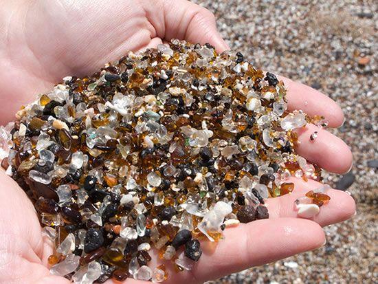 Coletando pedras de vidro na praia