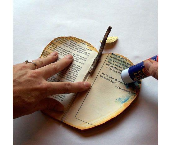 Colocando cola-bastão no livro velho