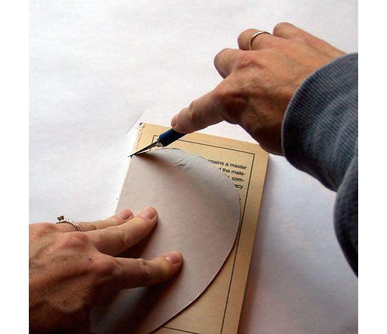 Cortando o livro com o molde de maçã