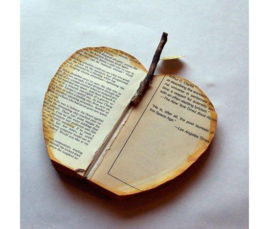 Colocando graveto no livro velho