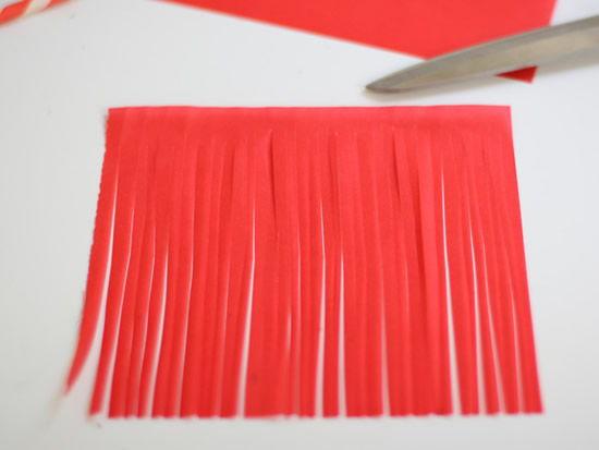 Folha de papel de seda sendo cortada