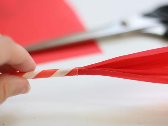 Encapando o papel de seda com papel de presente