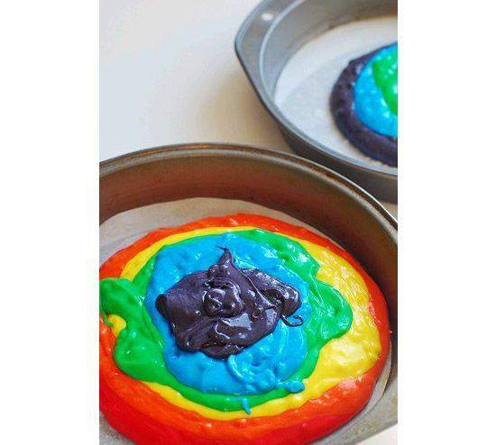Processo de confecção do bolo com massa colorida