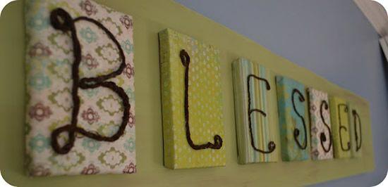 Letras coladas para compor mensagem na cabeceira de cama