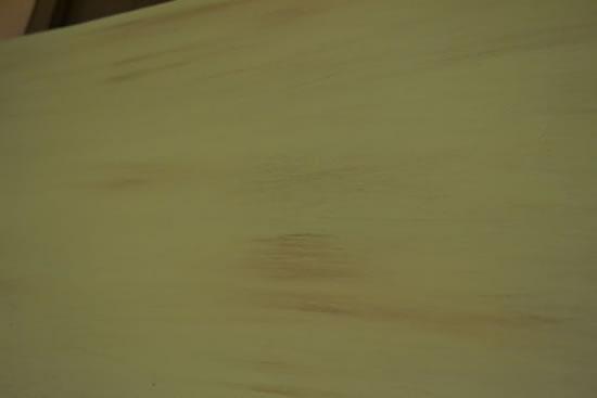 Pintando a madeira com tinta verde