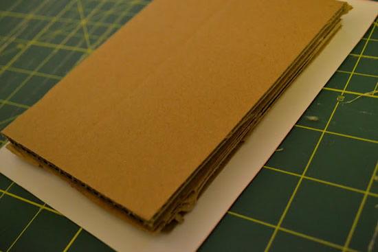 Encapando papelão para fazer artesanato