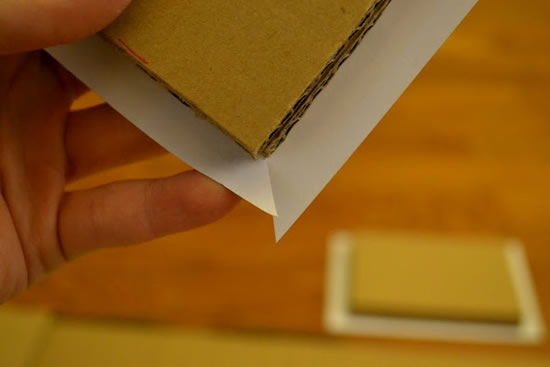 Colando papel cartão no papelão