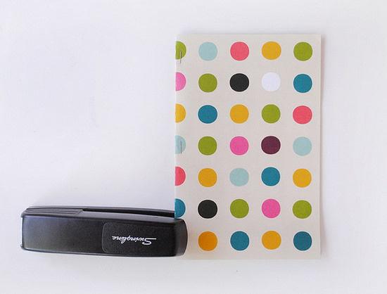 Caderno artesanal com papel e grampeador