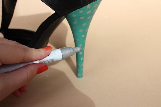 Pintando as bolinhas na sandalia anabela