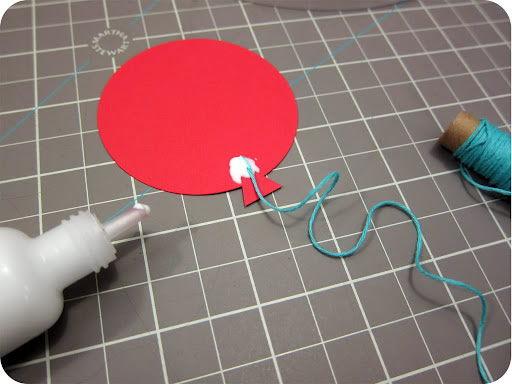 Colando o balãozinho de papel