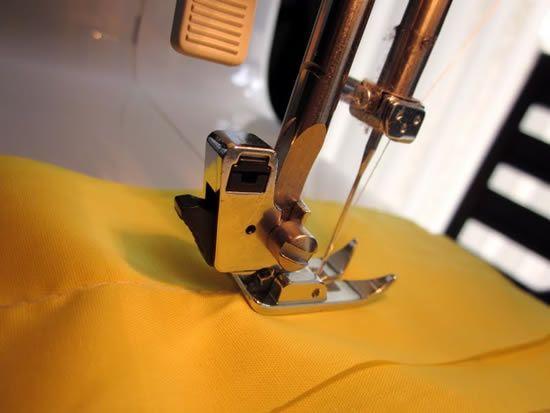 Costurando as tiras com a máquina de costura