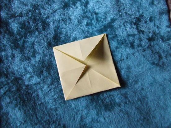 Dobrando papel para fazer a flor de origami