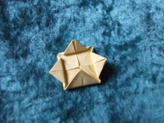 Flor de papel feita de origami