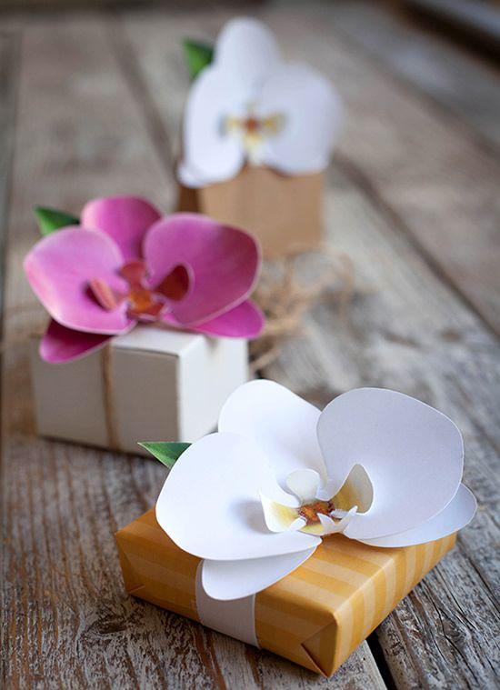 Caixinha de papel com detalhe de flor de orquidea