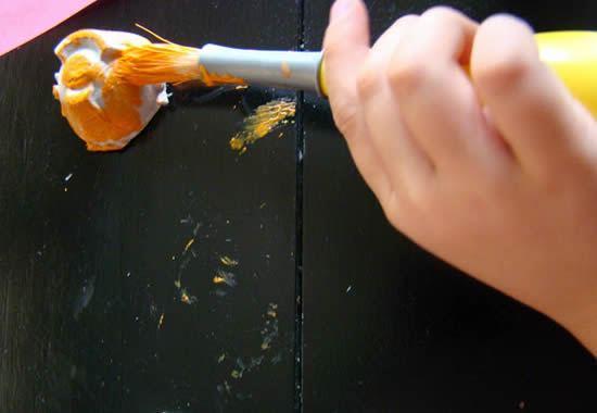 Pintando caixa de ovos com tinta acrílica