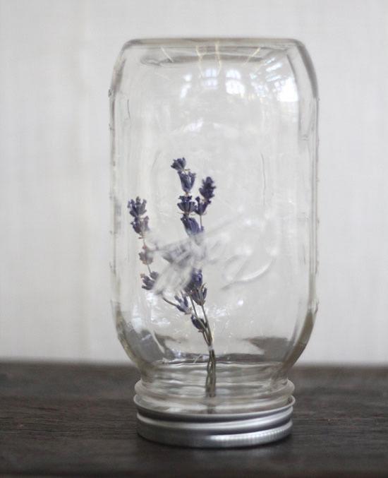 Pote de vidro de cabeça para baixo com florzinha - Decoração do jardim