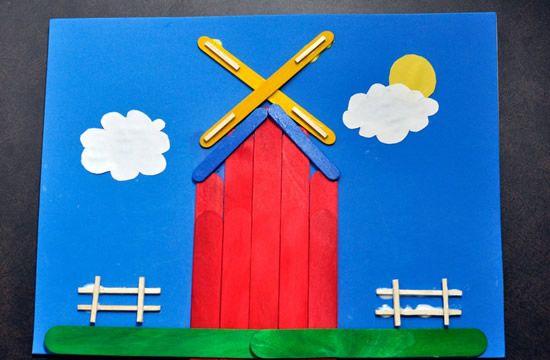 Casinha colorida feita de palitos de picolé decorados
