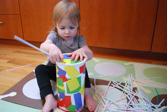 Criança pequena brincando com potinho
