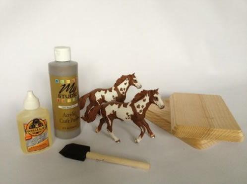 Cavalinhos de brinquedo e outros materiais para fazer decoração