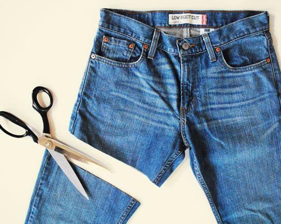 Cortando a calça jeans para fazer short
