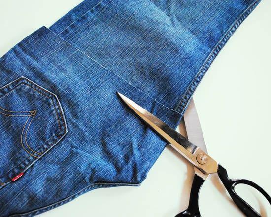 Cortando a calça jeans com a tesoura
