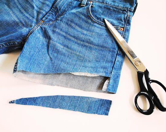 Cortando o short feito com calça jeans