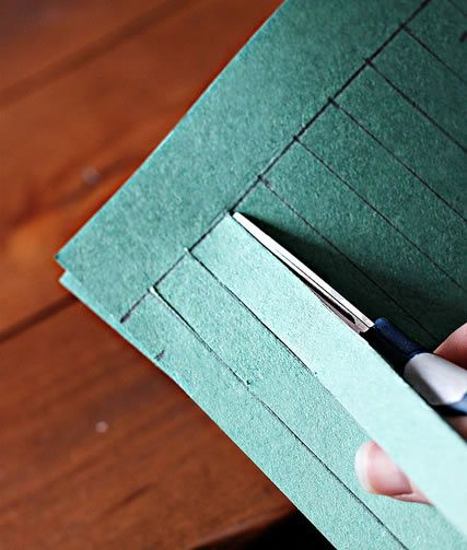 Cortando a guirlanda de papel com tesoura