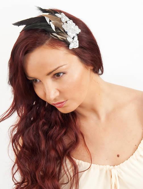 Mulher com prendedor de cabelo decorado com penas