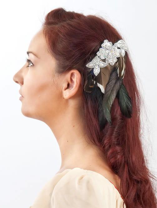 Prendedor de cabelos decorado com feltro e penas