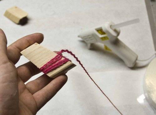 Fazendo um carimbo com madeira e fio de tecido