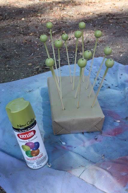 Pintando as bolas de madeira passo a passo