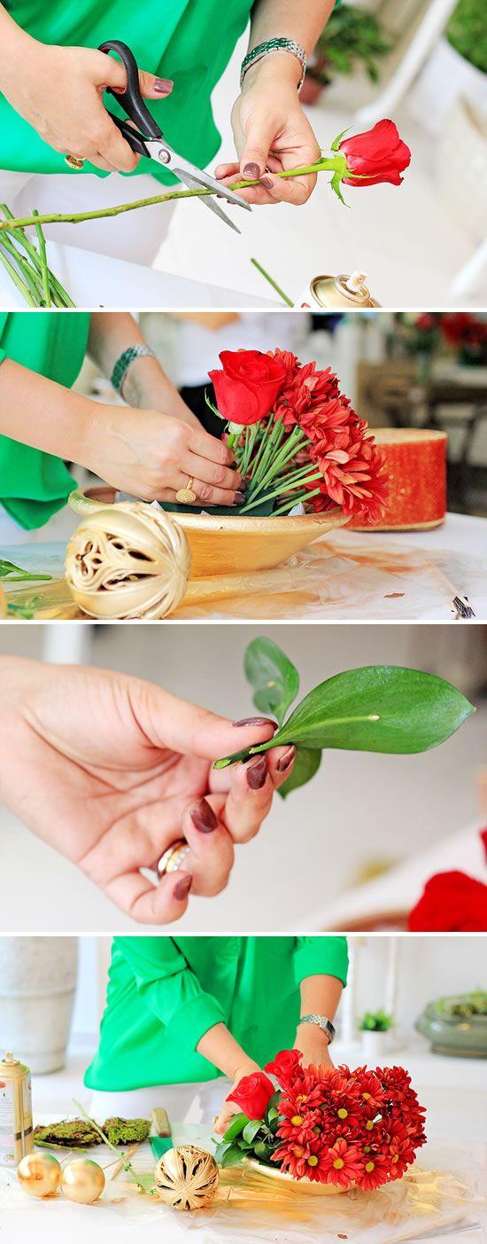 Colocando as rosas no pote pintando do artesanato