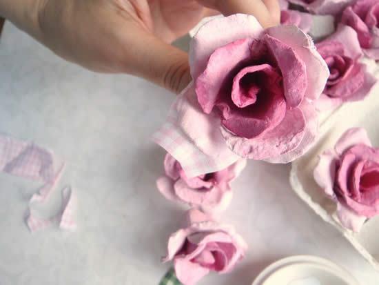Flor de papelão reciclada