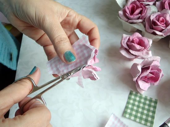 Recortando a base de tecido para flor artesanal