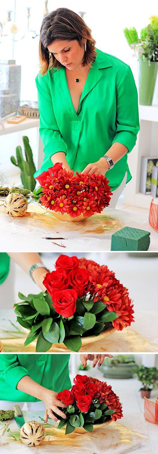 Colocando as rosas no arranjo natalino passo a passo