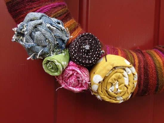 Guirlanda com flores de tecido