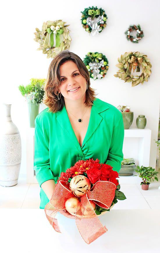 Márcia Longman com o arranjo de flores para o Natal
