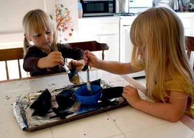Crianças pintando os rolinhos