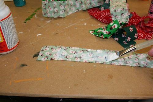Cortando os retalhos para fazer a Guirlanda de Natal