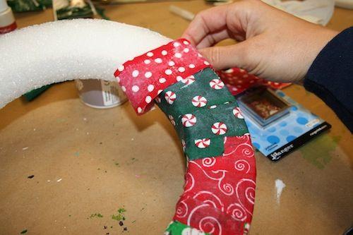 Colando o tecido na Guirlanda de Natal