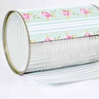 Colando papel de scrapbook na lata de alumínio