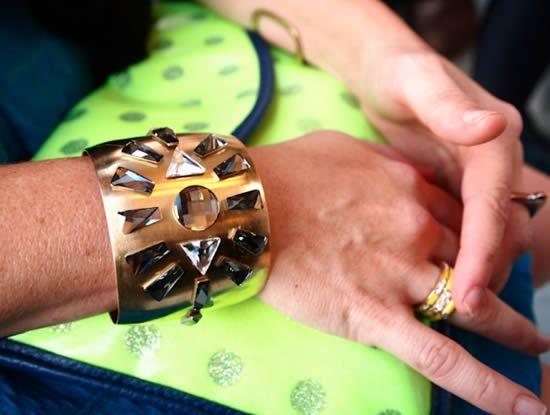 Bracelete de metal decorado com pedras e cristais - Moda Feminina