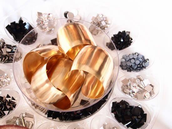 Bracelete dourado e cristais para decorar