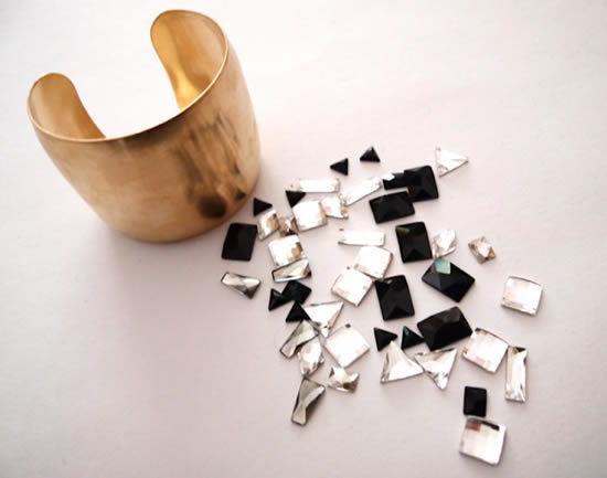 Bracelete e cristais para a decoração