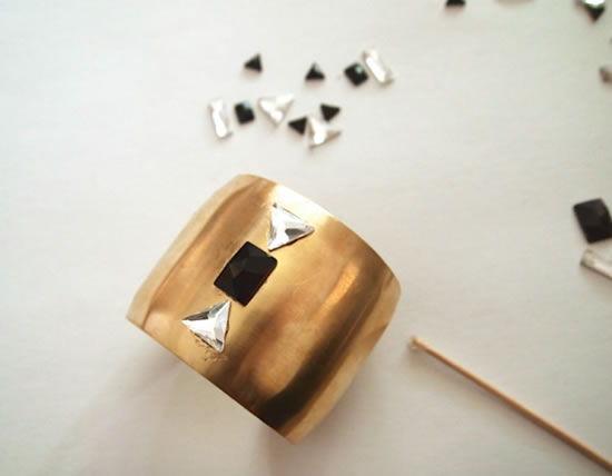 Decorando bracelete de metal com cristais