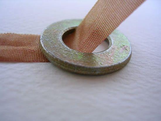 Veja como criar um colar com fita e argolas