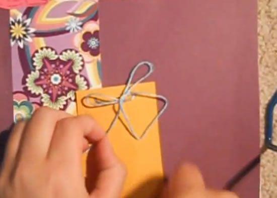 Colando o papel na capa do caderno