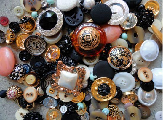 Brincos e botões velhos